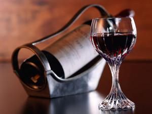 Бутылка вина и фужер
