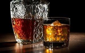 Графин и стакан виски